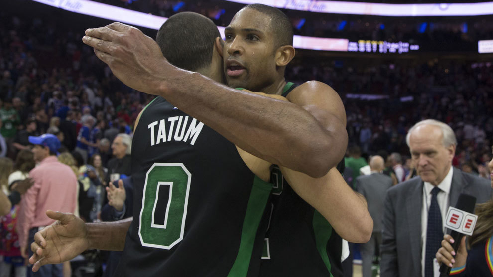 Horford y Tatum se abrazan para celebrar la victoria
