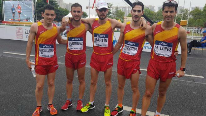 El equipo español de 20 km marcha posa tras la carrera.