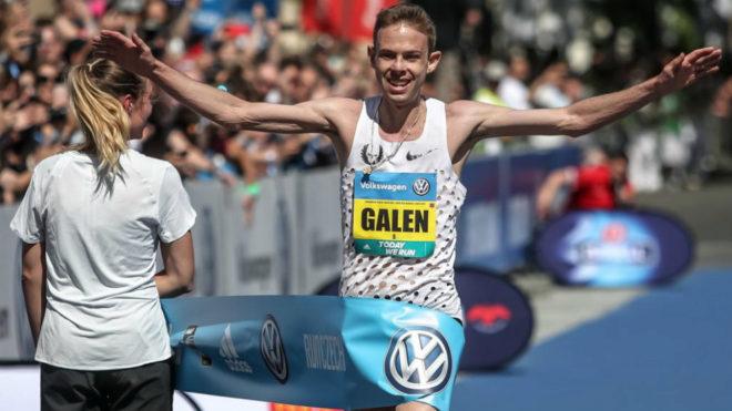 Galen Rupp cruza la línea de meta en el Maratón de Praga.