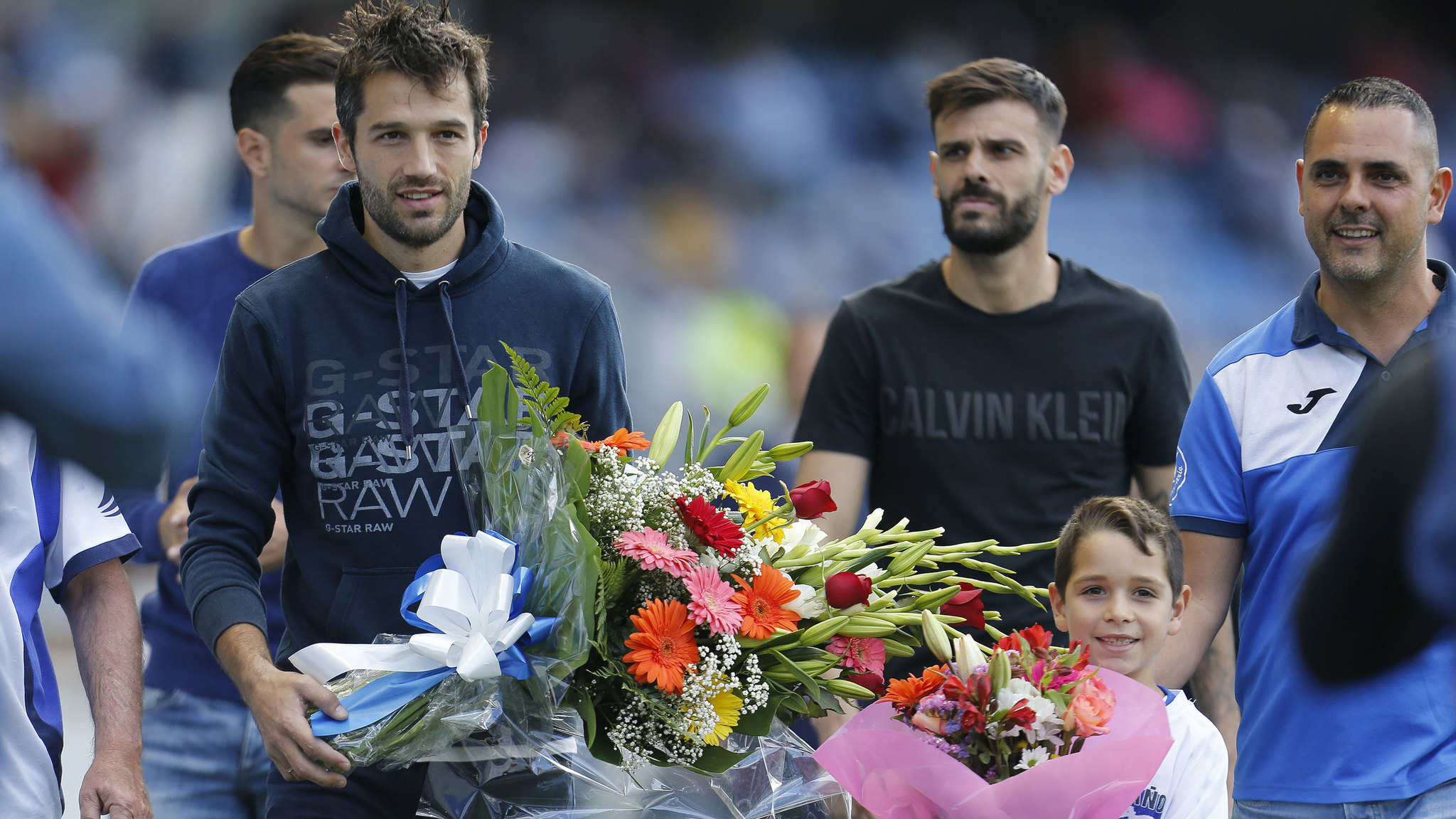 Aitor Sanz lleva flores en el homenaje a Rommel antes del partido ante...