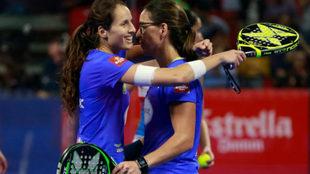 Gemma Triay y Lucía Sainz se abrazan tras ganar la final.