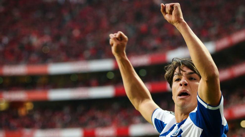Óliver Torres celebra el gol de Héctor Herrera contra el Benfica.