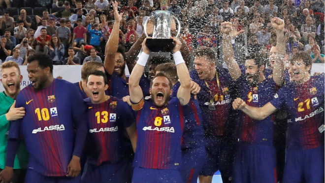 El capitán barcelonista Víctor Tomás levanta el trofeo de campeones...