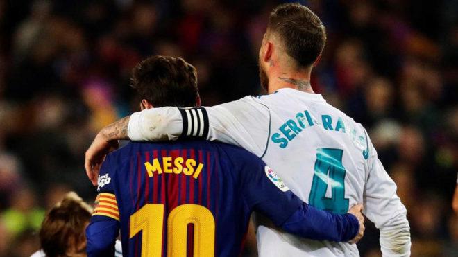 Ramos abraza a Messi tras el partido.