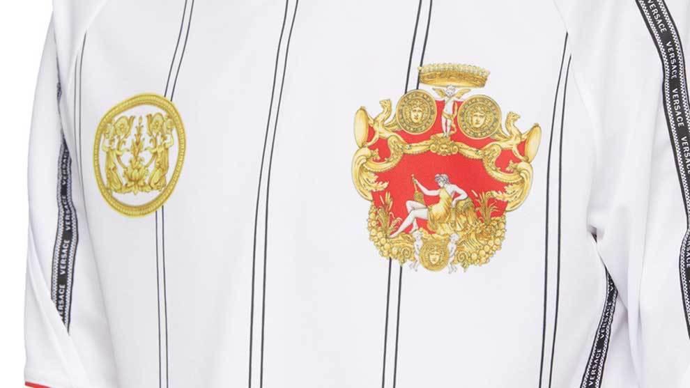 Versace ha diseño la camiseta de fútbol más lujosa que se puede...