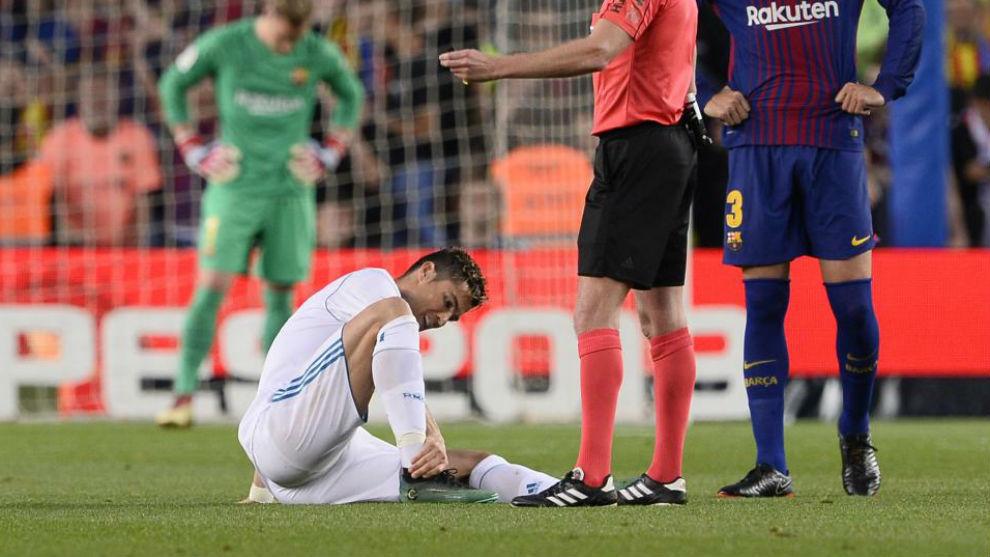Cristiano se lamenta del tobillo durante el Clásico.