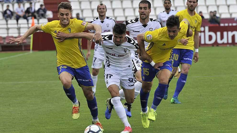 Brian Oliván y Marcos Mauro persiguen a Héctor durante el partido de...