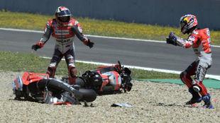 Lorenzo y Dovizioso discuten tras caerse en Jerez.