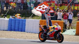 Márquez celebra el triunfo en Jerez y se lo dedica a Ángel Nieto.