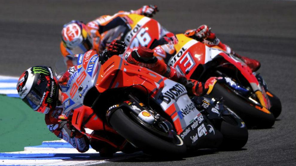 Jorge Lorenzo, liderando en el inicio del GP de España, por delante...