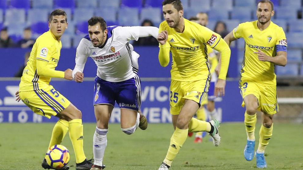 Borja Iglesias trata de llevarse un balón ante el Cádiz.