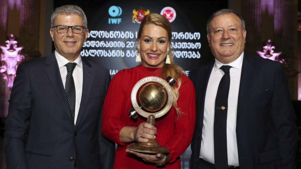 Lydia Valentín posa con el premio junto al presidente de la...