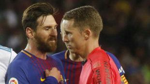 Messi protesta al árbitro durante el Clásico.