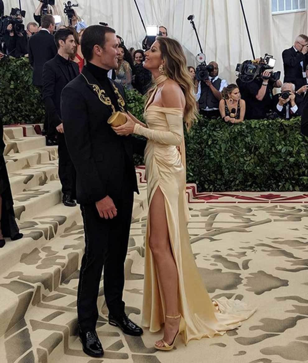 Tom Brady (causó sensación con su arriesada chaqueta) y Gisele...