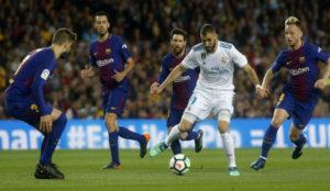 Benzema, rodeado de jugadores del Barça