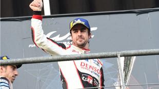 Fernando Alonso, con el trofeo de ganador en Spa