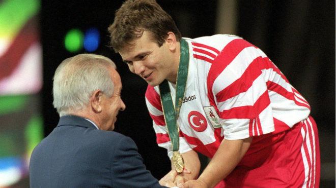 Suleymanoglu recogiendo su medalla de oro olímpica en Atlanta 96 de...