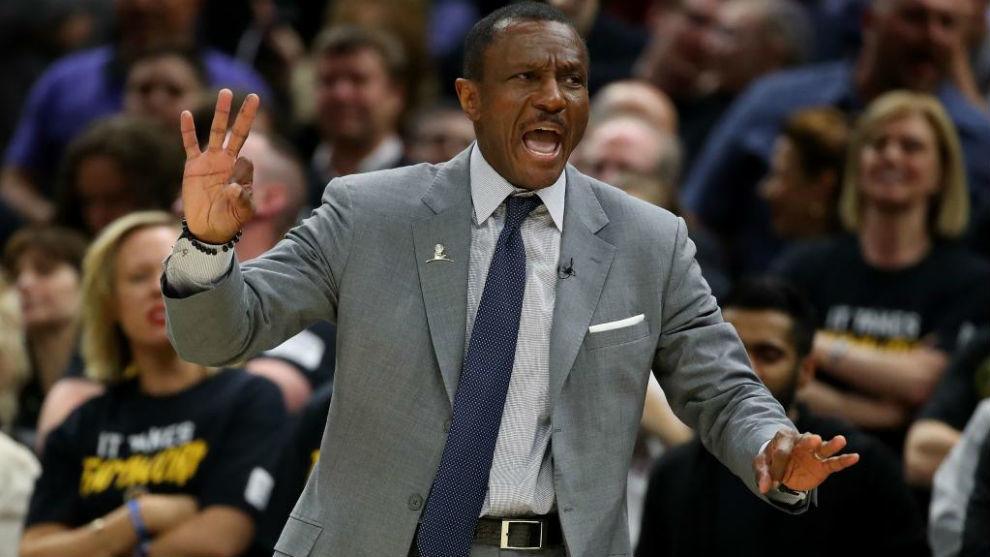 Dwane Casey dirgiendo a los Toronto Raptors en los 'playoffs' NBA