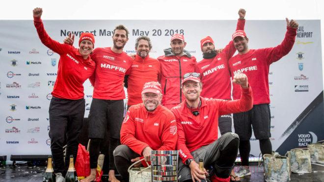 La tripulación del MAPFRE celebra la victoria de la octava etapa en...