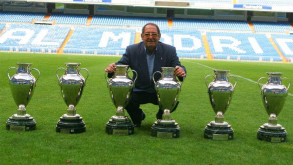 Paco Gento posa en el Estadio Santiago Bernabéu con sus seis Copas de...