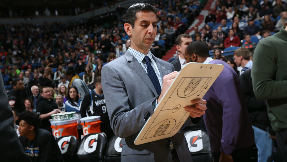 James Borrego dirigiendo a los Orlando Magic durante un partido