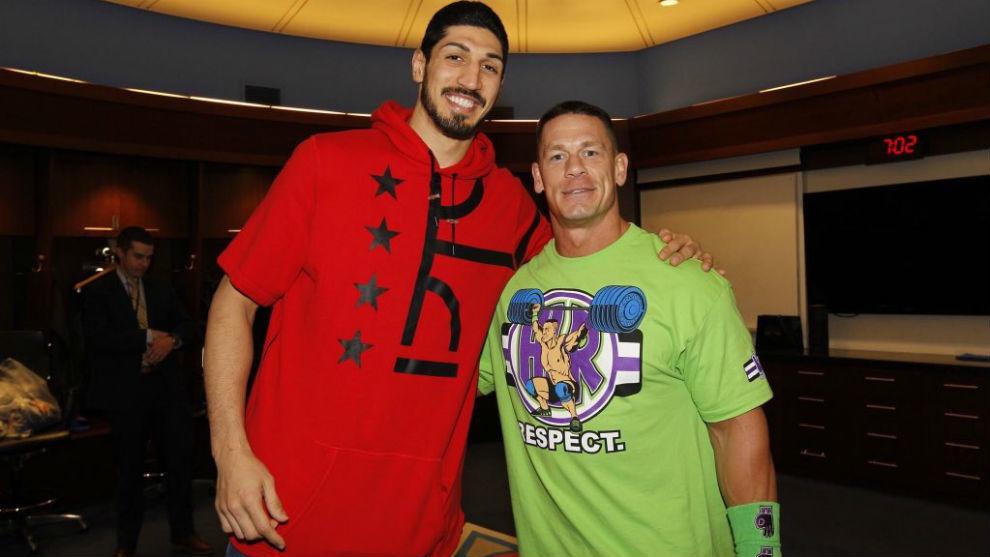 Enes Kanter posa junto a John Cena durante un evento de la WWE en el...