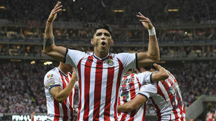 Alan Pulido celebra un gol con Chivas