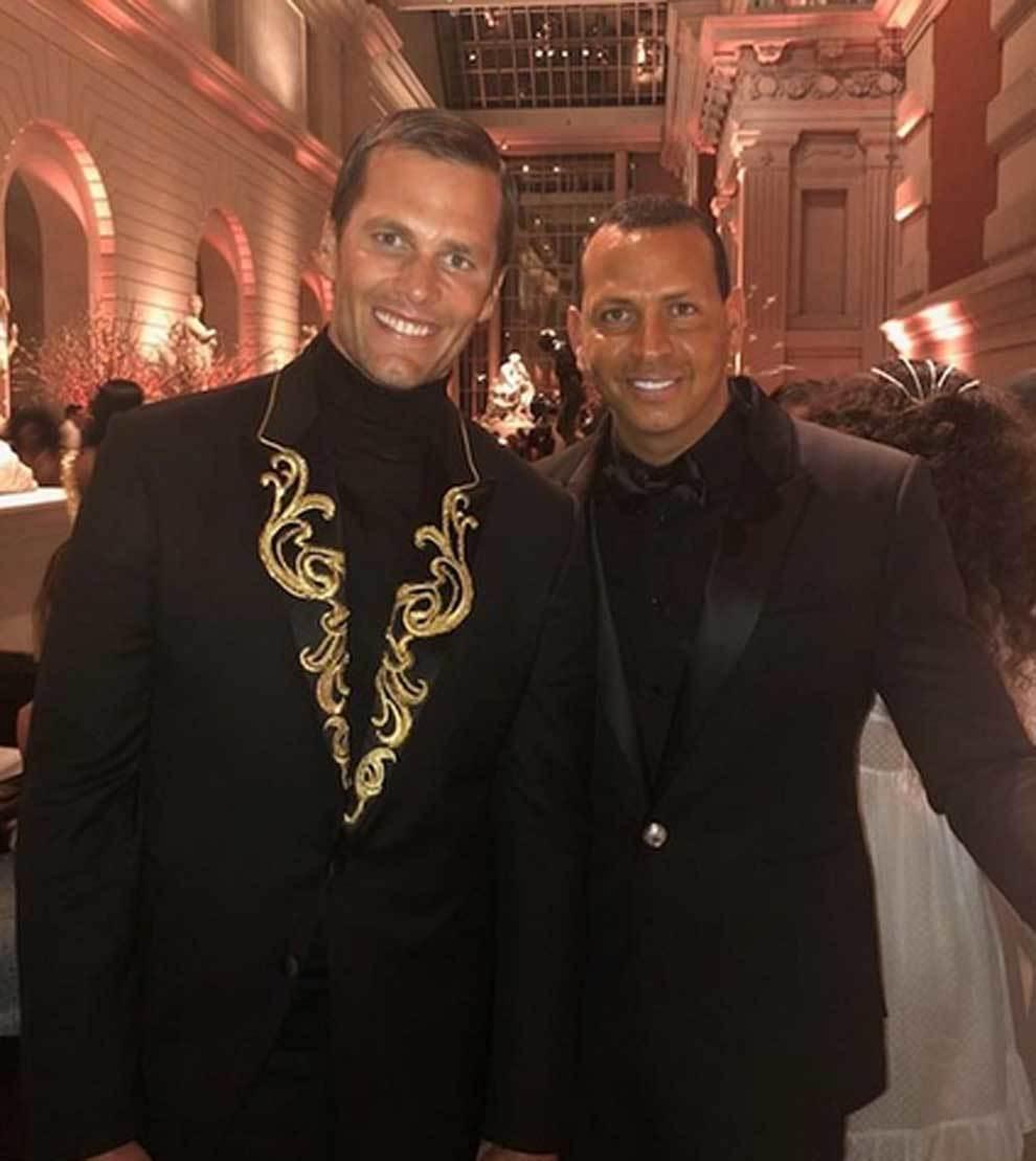 Tom Brady, con su comentada chaqueta, posando junto a Álex Rodríguez...