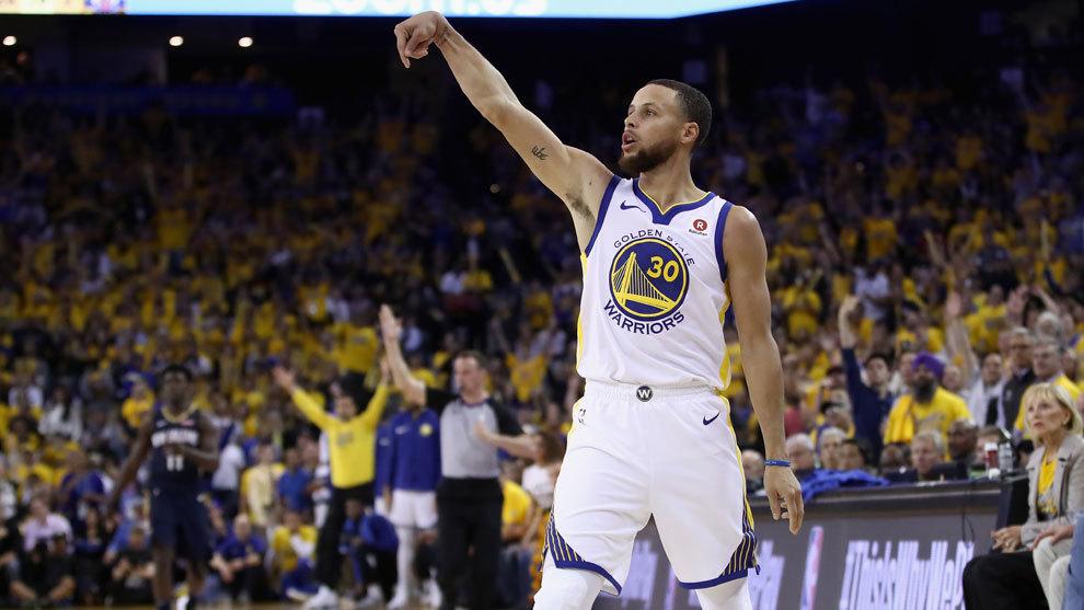 Curry lanza de tres durante el choque