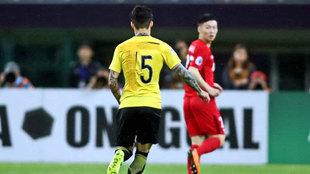 Zhang Linpeng con la camiseta parcheada ocultando el número uno del...