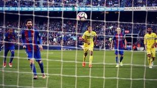 Leo Messi ejecuta un penalti en el Barça vs Villarreal de la...