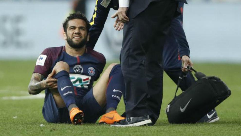 Los médicos del PSG atienden a Dani Alves tras caer lesionado.