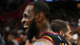 LeBron James sonríe tras consumarse la clasificación de los...