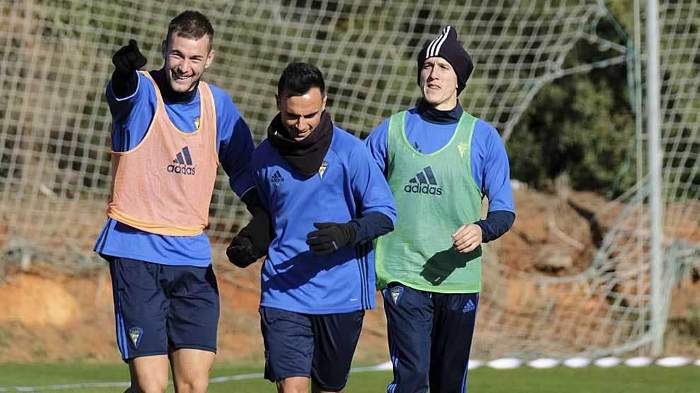 Carrillo, Álvaro García y Salvi durante un entrenamiento del Cádiz...