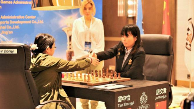Ju Wenjun y Tan Zhongyi se saludan antes de comenzar una partida.