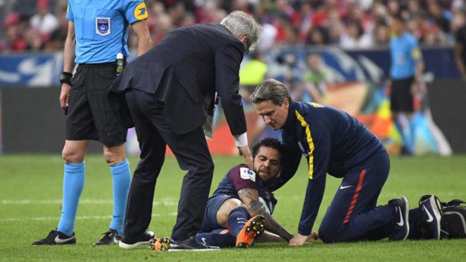 Dani Alves se duele durante la final de Copa.