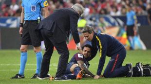 Alves se duele durante la final de Copa.