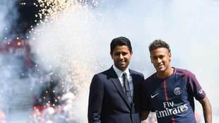 Nasser Al-Khelaifi posa junto a Neymar.
