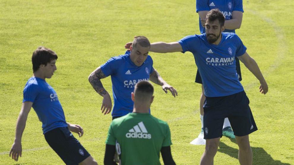 Borja bromea con Jorge Pombo en un entrenamiento.