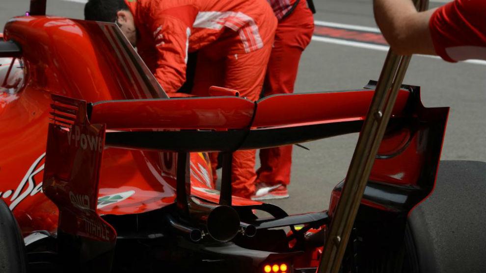 Vista de los escapes de Ferrari de este año. Los dos pequeños miran...