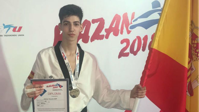 Adrián Vicente con la medalla de oro de campeón de Europa.