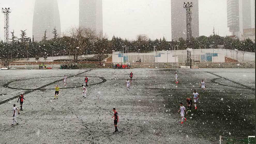 El Cerceda, jugando ante el Adarve bajo la nieve el pasado mes de...