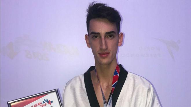 Jesús Tortosa posa con su medalla de plata europea.