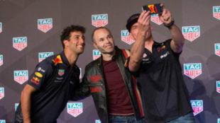 Andrés Iniesta, junto a Daniel Ricciardo y Max Verstappen.