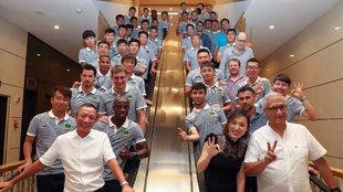 Wen Wei, propietario de Hengfeng Group, posa el año pasado con Wen...