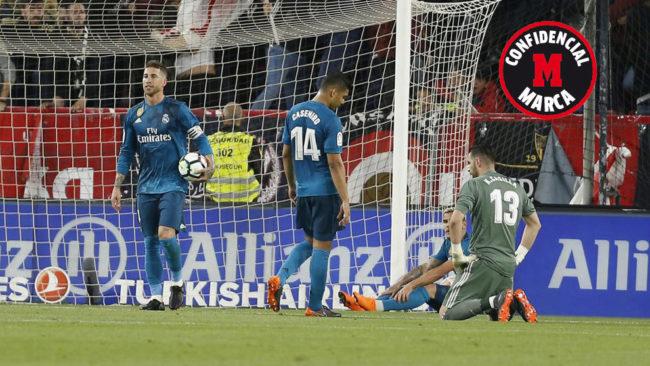 Los jugadores del Madrid, tras un gol del Sevilla.