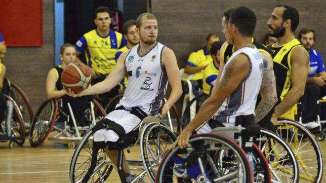 Kyle Marsh, del AMIAB Albacete, con el balón durante un partido...