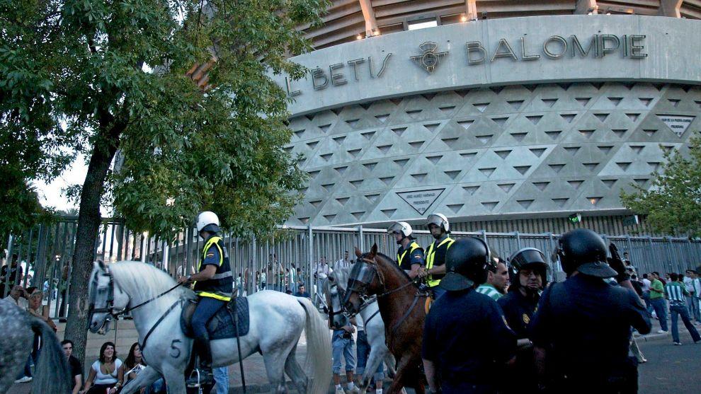 Policías en el Benito Villamarín