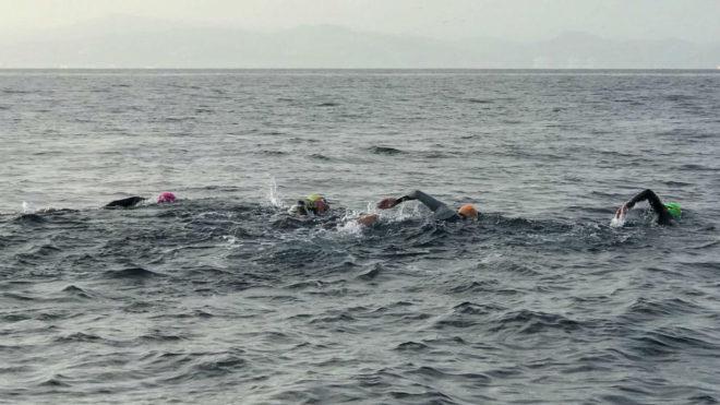 Los cuatro nadadores del club Marnatón, en plena travesía del...