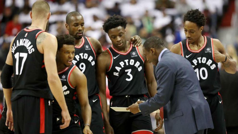 Dwane Casey explicando una jugada a sus jugadores de los Raptors